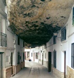 Masso in mezzo alle case in Setenil de las Bodegas - Cueva de la sombra