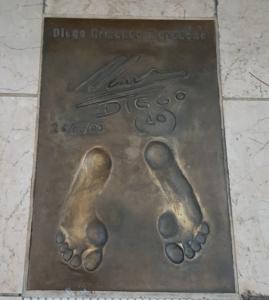 Calco dei piedi ed autografo di Diego Armando Maradona – The Champions Promenade – Principato di Monaco