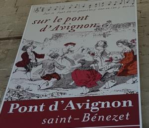 Manifesto posto all'ingresso di una torre del ponte di Avignone che parla della famosa canzone.