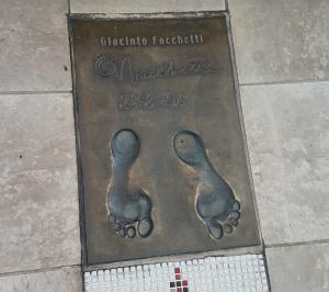 Calco dei piedi ed autografo di Giacinto Facchetti – The Champions Promenade – Principato di Monaco