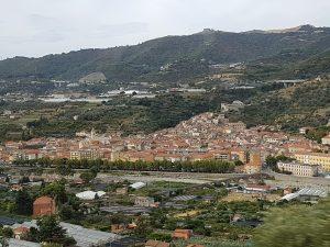 Veduta di borgo ligure prima di raggiungere il confine francese
