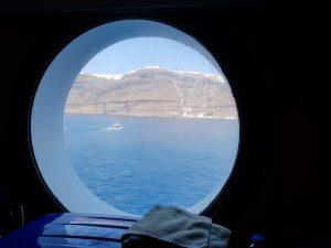 Vista dell'isola di Santorini dall'oblò della nostra nave da crociera