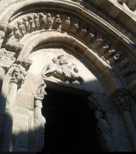 Santiago a cavallo con spada e statue scolpite di Santiago e San Giovanni evangelista all'ingresso della chiesa di Santiago nella città di La Coruña in Spagna