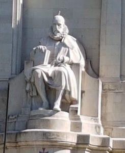 Statua di Cervantes sul monumento realizzato in piazza di Spagna a Madrid