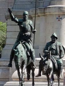 Statue di Don Chisciotte e Sancho Panza ai piedi del monumento dedicato a Cervantes in piazza di Spagna a Madrid