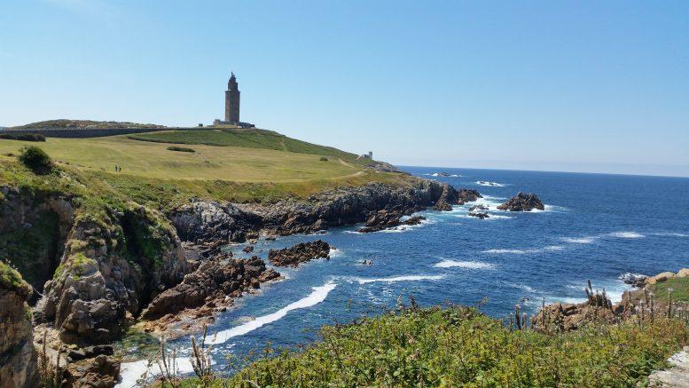 Vista panoramica della Torre di Hércules nella città di La Coruña