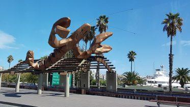 Scultura gigante di aragosta sul lungomare di Barcellona