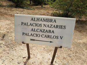 Cartello che indica i principali monumenti da visitare dentro l'Alhambra