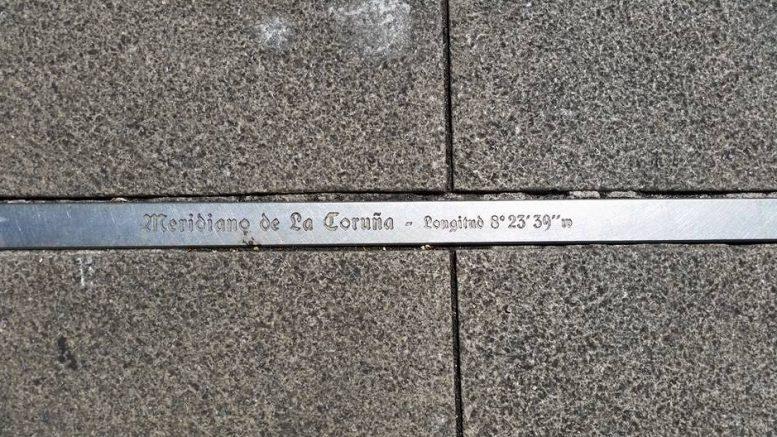 Indicazione sul tracciato del meridiano in acciaio che passa per la piazza di Maria Pita - A Coruña