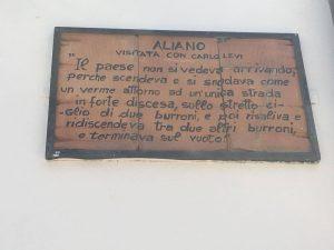 """Targhe appese ai muri delle case e dei monumenti nel comune di Aliano in cui sono scritte parti del libro """"Cristo si è fermato a Eboli"""" di Carlo Levi"""
