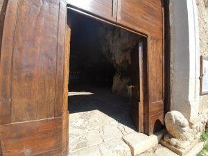 Ingresso della chiesa rupestre di San Michele Arcangelo nel comune di Sant'Angelo a Fasanella (Salerno)