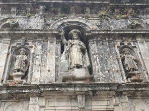 Le statue di Santiago, Atanasio e Teodoro sulla Porta Santa