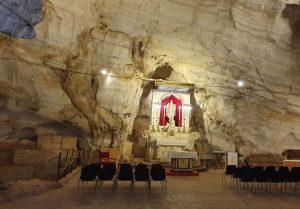 Particolare della grotta con vista sull'altare di San Michele Arcangelo