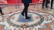 Gesto propiziatorio e scaramantico da fare in Galleria Vittorio Emanule II a Milano