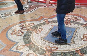 Rotazione a 360° per tre volte sul mosaico del toro a Milano
